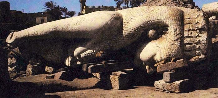 Fig. 7. Coloso de Meritamón localizado en Akhmin en 1982. A diferencia de la Reina Blanca este coloso muestra una peluca tripartita parcialmente cubierta por el plumaje de un buitre encajado en la cabeza de la reina. Se trata de un elemento muy característico en el tocado de las reinas egipcias, que, sin embargo, no está presente en la Reina Blanca. Foto tomada de A. Eggebrecht, El antiguo Egipto. 3000 años de historia y cultura del imperio faraónico, Barcelona 1990, p. 448.
