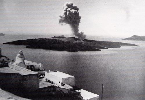 Fotografía de la isla volcánica de Nea Kameni en erupción en el centro de la caldera de Thera en 1950 (Fuente: Universidad de Rhode Island).