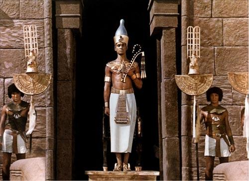 Foto 8. Una de las imágenes de la película polaca Faraón (1966), donde se muestra al rey con la doble corona y los atributos de la realeza.