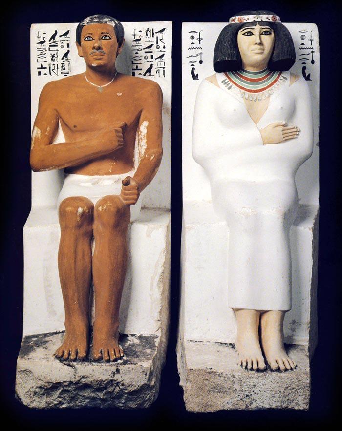 Fig. 1. Vista frontal de Rahotep y Nofret, tomado de J. Malek, Egipto. 4000 años de arte, Barcelona, 2007, p. 47.