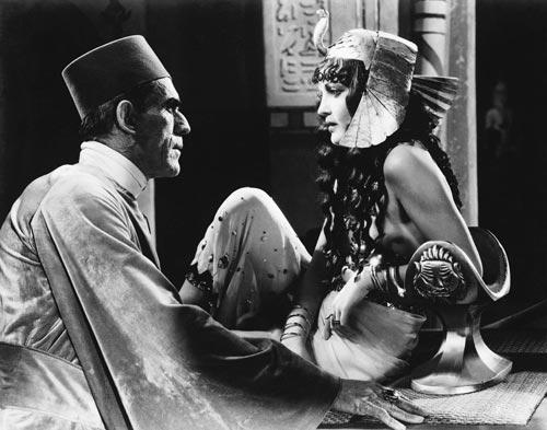 Foto 11. Boris Karloff y Zita Johann en los papeles protagonistas de la película La momia de Karl Freund (1932).
