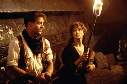 Foto 12. Escena de la película La momia, dirigida por Stephen Sommers y estrenada en 1999, donde la actriz, Rachel Weisz, encarna a una arqueóloga muy intrépida.