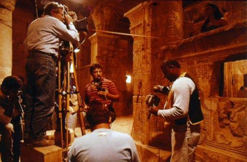 Foto 18. Youssef Chahine y su equipo en el templo de Deir el-Medina, rodando La memoire, primera entrega de una trilogía autobiográfica del director y estrenada en 1994.