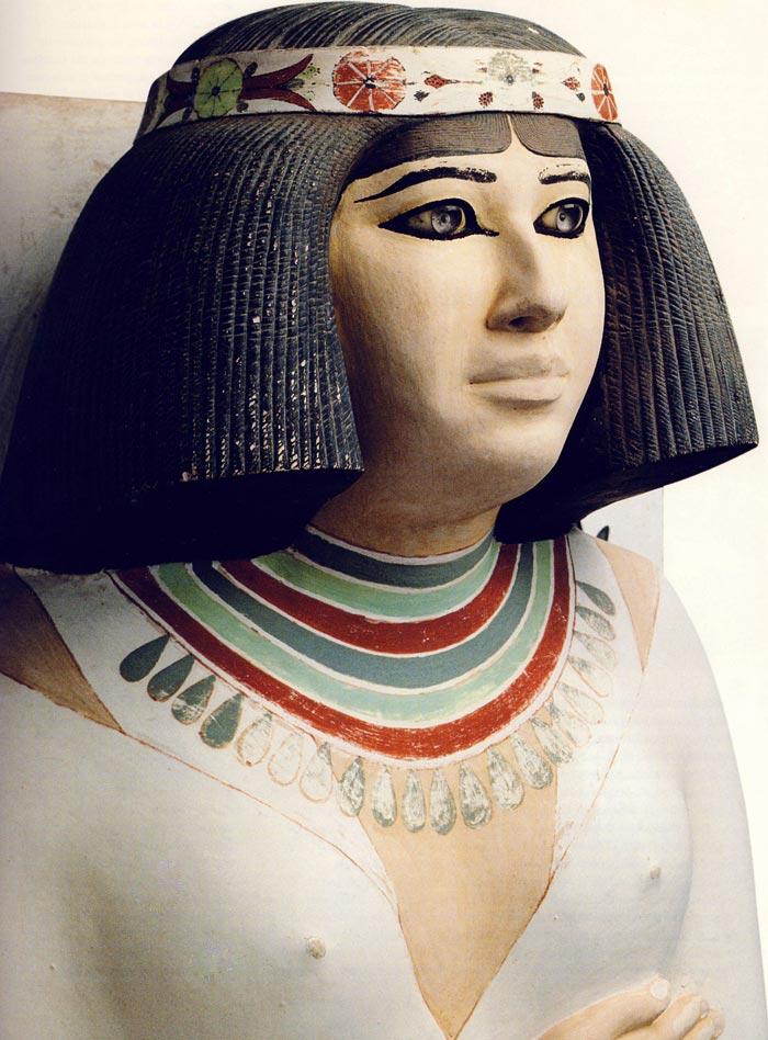 Fig. 2. Detalle de la escultura de Nofret, tomado de Tesoros egipcios de la colección del Museo Egipcio de El Cairo, Barcelona, 2000, p. 62.
