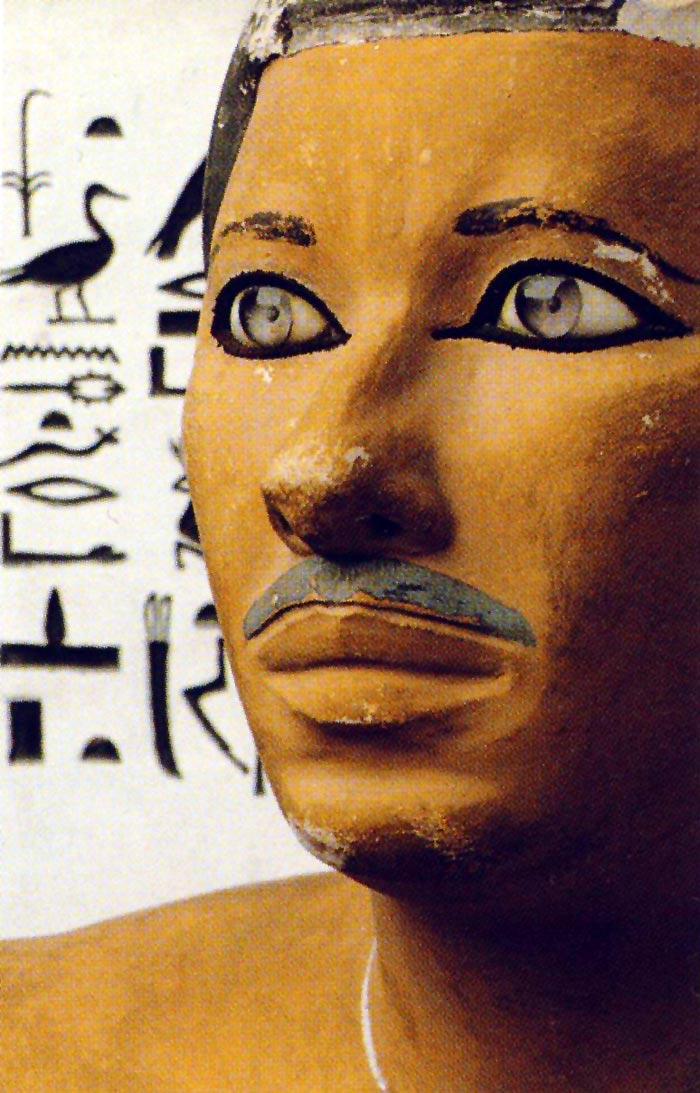 Fig. 3. Detalle de la escultura de Rahotep, tomado de Tesoros egipcios de la colección del Museo Egipcio de El Cairo, Barcelona, 2000, p. 62.