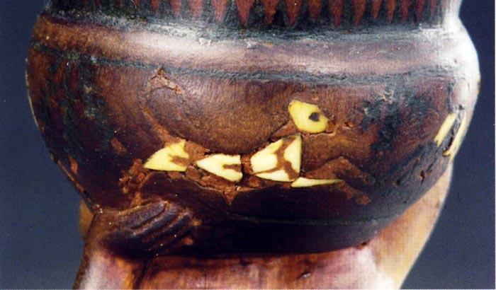 Fig. 6. Detalle de uno de los terneros representados en el recipiente del ungüentario de Siamón. Foto tomada del catálogo Toutankhamon. L'or de l'Au-Delà, París, 2004, p. 222.