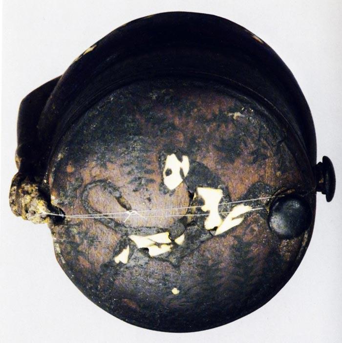 Fig. 7. Vista de la tapa del ungüentario de Siamón. Foto tomada del catálogo Toutankhamon. L'or de l'Au-Delà, París, 2004, p. 220.