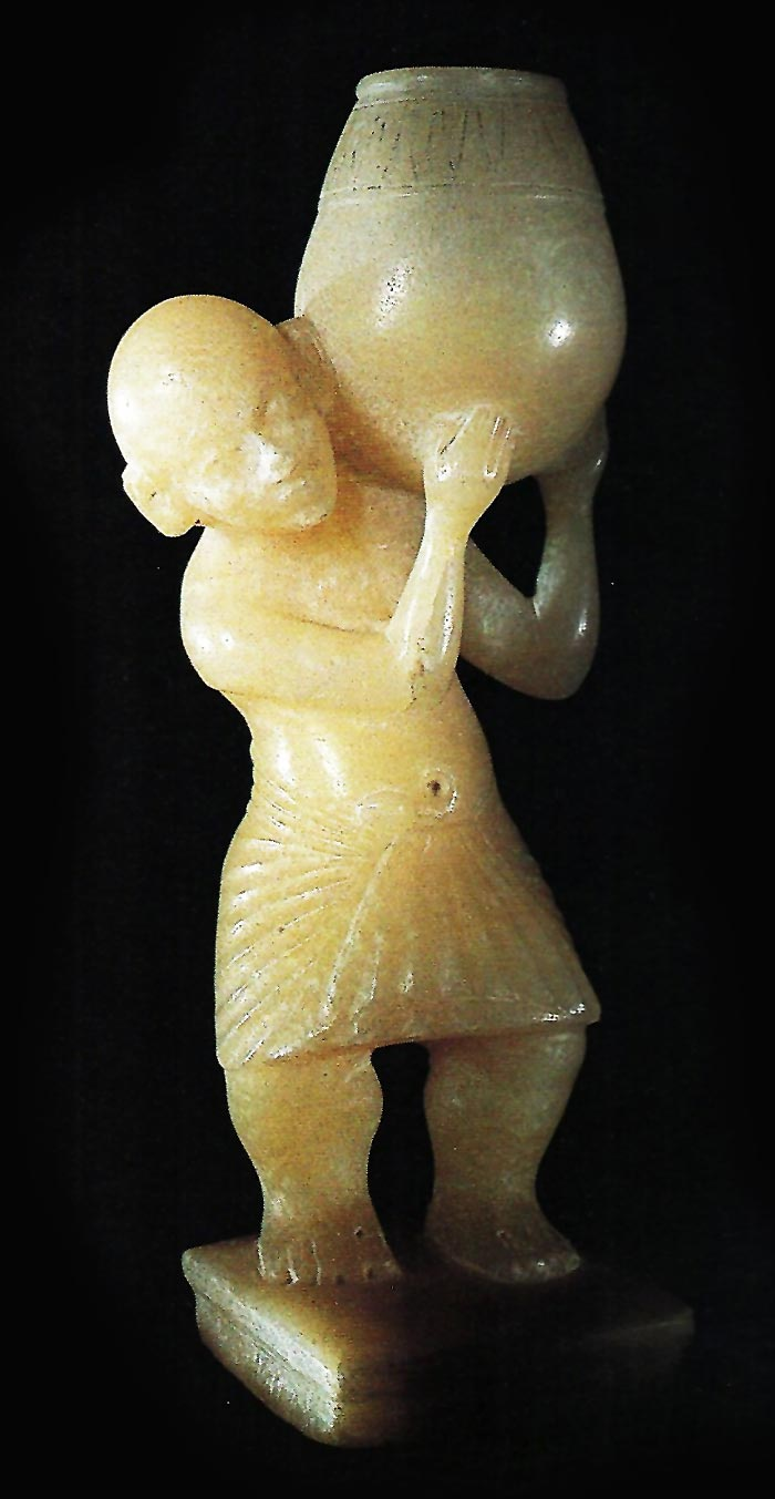 Fig. 9. Ungüentario de alabastro que muestra a un hombre enano cargado con una gran tinaja. Dinastía XVIII. Metropolitan Museum of Art de Nueva York. Foto tomada de L. Manniche, Sacred Luxuries. Fragance, Aromatherapy and Cosmetics in Ancient Egypt, Londres, 1999, p. 62.