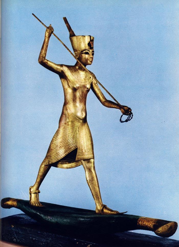 Fig. 1. Vista lateral de la figurilla, del lado del arpón. C. Desroches-Noblecourt, Tutankhamon, Vie et mort d'un pharaon, París, 1963, Pl. XLV, p. 217.