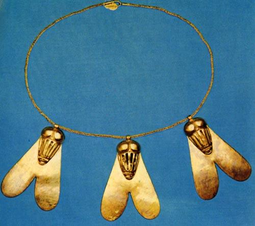 """Fig. 15. Collar de moscas de oro, conocido como """"Moscas del Honor"""", condecoración militar concedida al parecer a la reina Ahhotep. Museo de el Cairo."""