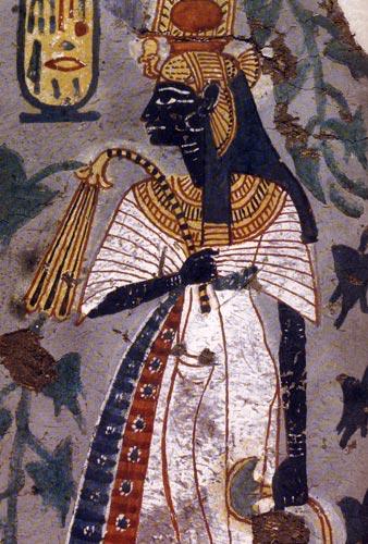 Fig. 18. Fragmento de pintura de la tumba de Kynebu en Tebas (Dinastía XX), que muestra a Ahomose-Nefertari luciendo el tocado y cetro característicos de las reinas de Egipto. Luce además la piel negra y sostiene una flor de loto, lo que posiblemente sean símbolos de regeneración. No hay que olvidar que Ahmose-Nefertari fue divinizada y venerada especialmente entre los obreros de la necrópolis tebana.
