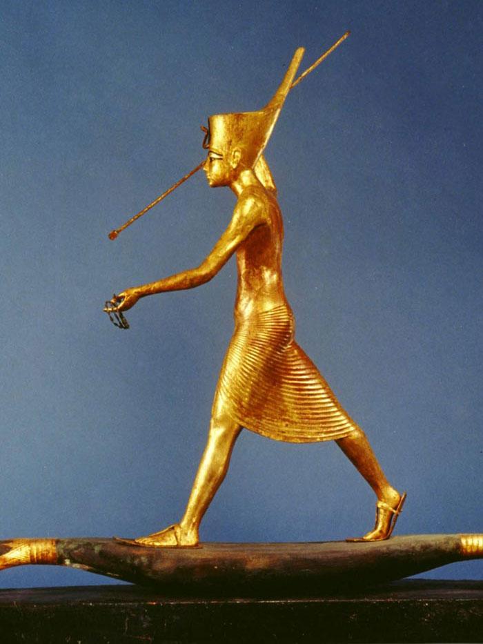 Fig. 2. Vista lateral de la figurilla, desde el lado opuesto al arpón. Imagen de la serie de diapositivas que realizaron con motivo de la exposición dedicada a Tutankhamón y que visitó la ciudad de Nueva York en 1979.