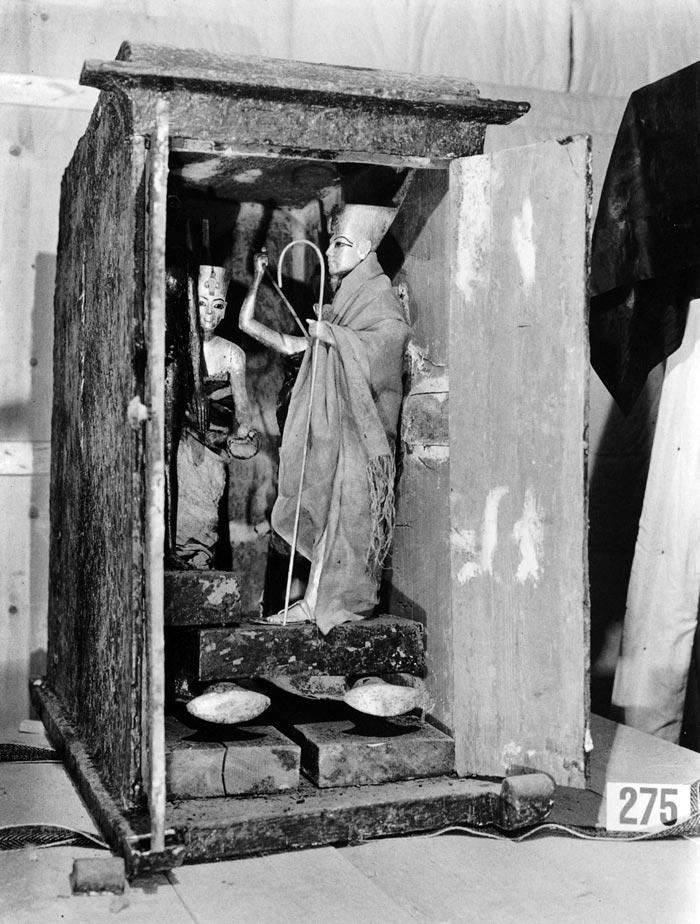 Fig. 3. Mueble 275, abierto y con las cuatro figurillas aún en su interior. Foto en archivo del Griffith Institute en www.griffith.ox.ac.uk/gri/carter/275-p1058.html
