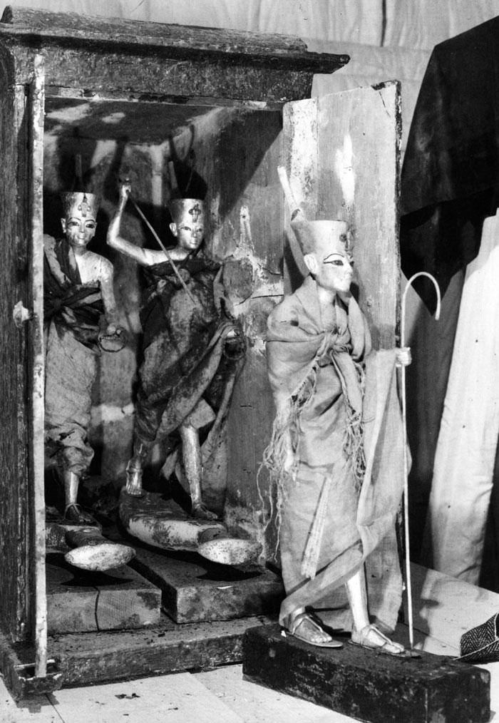 Fig. 4. Mueble 275 cuando aún quedan en el interior las dos figuras que muestran a Tutankhamón sobre una barca y armado con un arpón. Foto en archivo del Griffith Institute: www.griffith.ox.ac.uk/gri/carter/275b-p0999.html