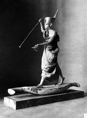 Fig. 7. Tutankhamón con el arpón, pieza JE69709, aún con la tela de lino. Foto en archivo del Griffith Institute: http://www.griffith.ox.ac.uk/gri/carter/275c-p0999a.html
