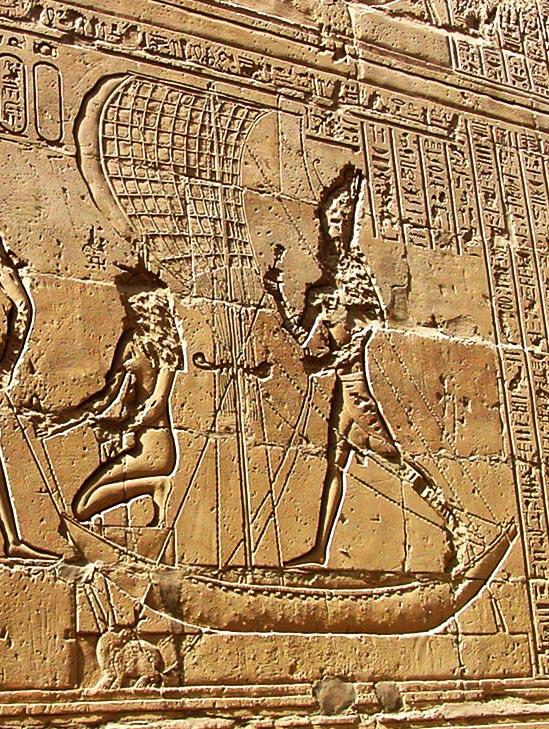 Fig. 10. Bajorrelieve del templo ptolemaico de Edfu, dedicado al dios Horus, en la que el dios aparece sobre una barca de papiro arponeando a Set, mostrado como un pequeño y derrotado hipopótamo. Foto José Luís López Fernández