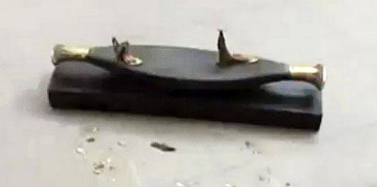 Fig. 13. Barca de la figurilla estrellada contra el suelo, pueden observarse las piernas fracturadas. Foto en: heritage-key.com/blogs/prad/egypt-protests-sees-cairo-museum-looted-artefacts-and-mummies-are-damaged