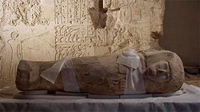 Arqueólogos españoles descubren en Luxor el ataúd de un niño de hace 3.500 años