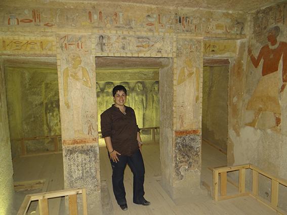 Naty Sánchez en la tumba de la reina Meresankh III (G7530-7540) en Giza, IV dinastía, Reino Nuevo