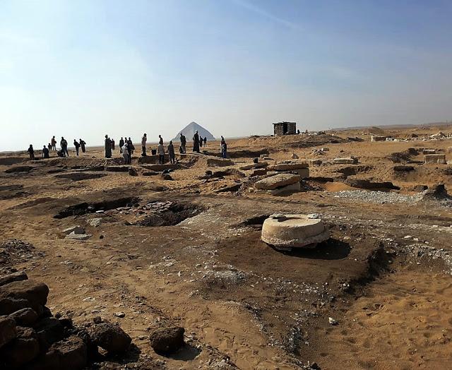 cerca-amenemhat-piramide