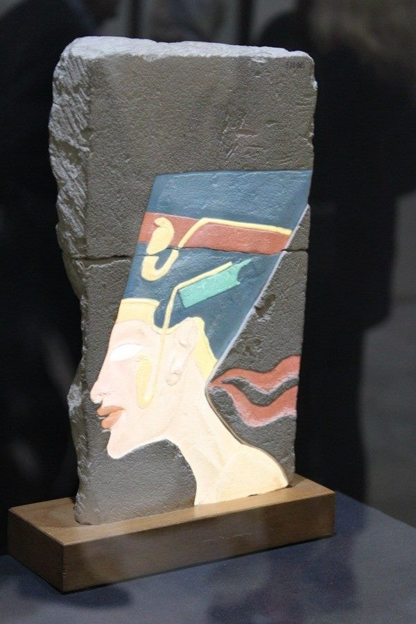 nefertiti-relieve-exposicion-colores