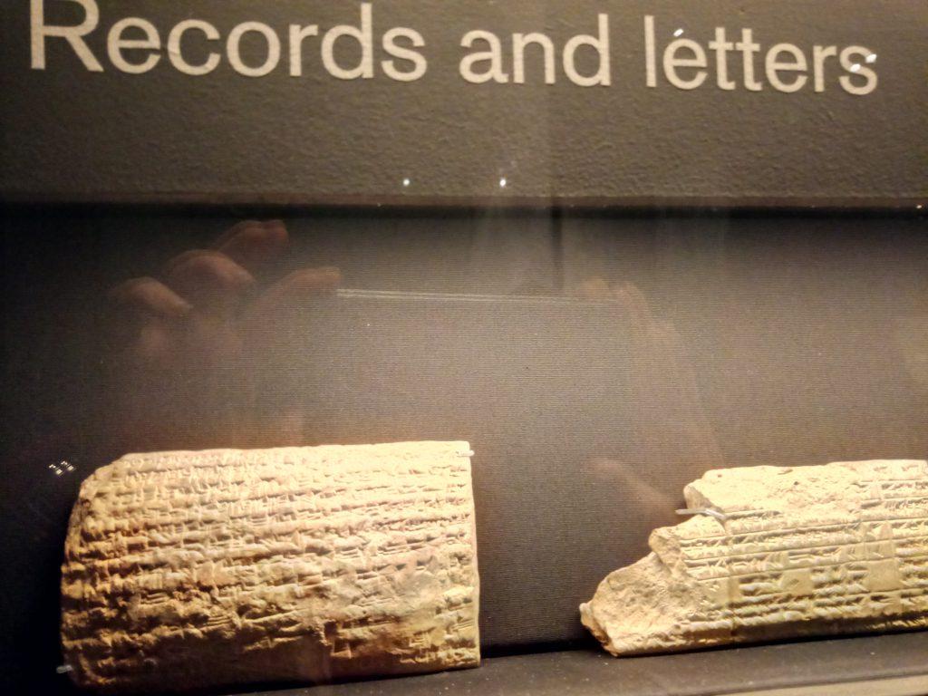 Detalle de tablillas en cuneiforme