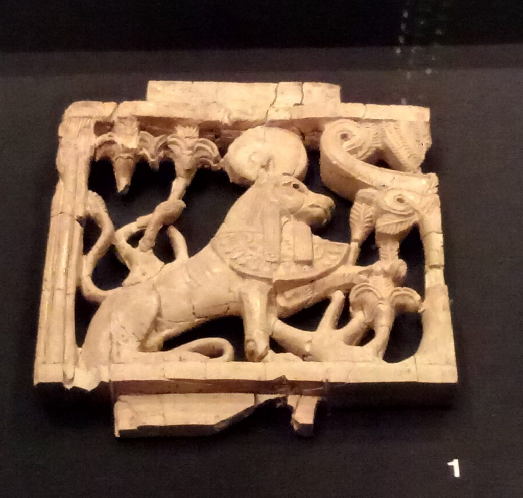 leon sentado con collar faraonico