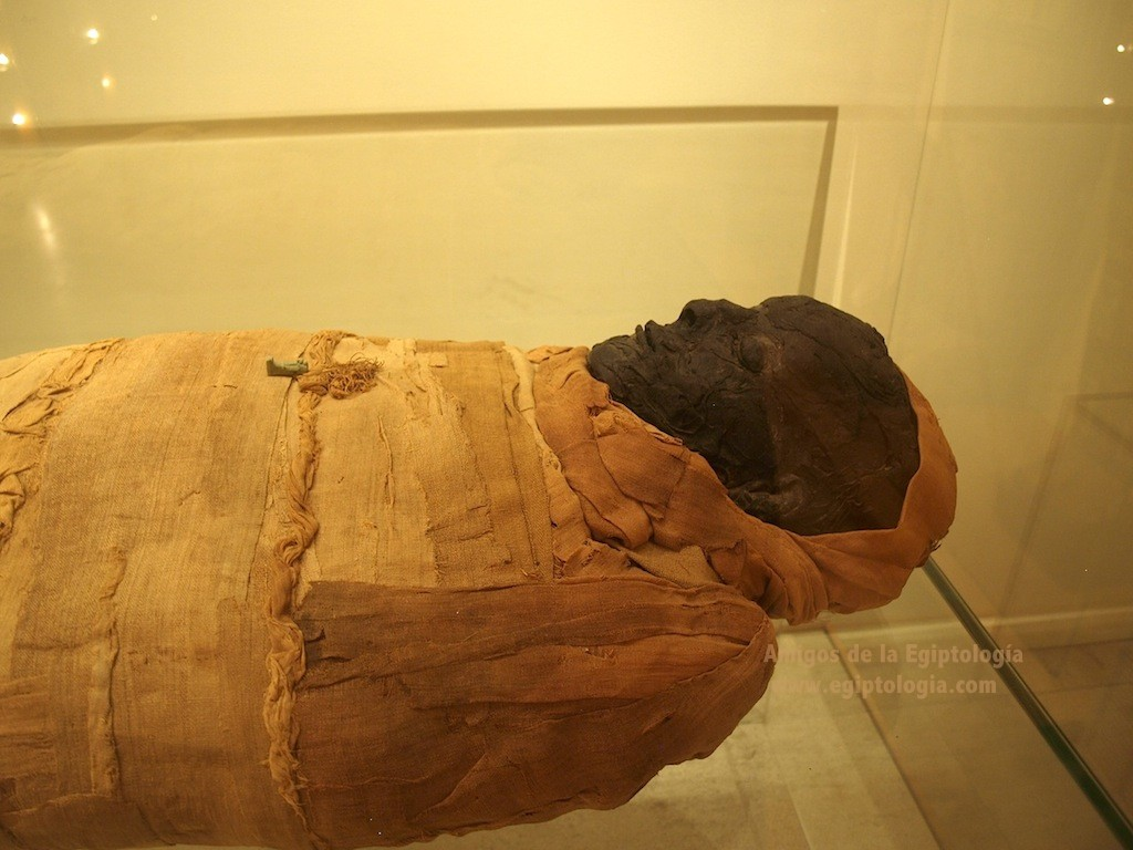 labit-momia-amuleto
